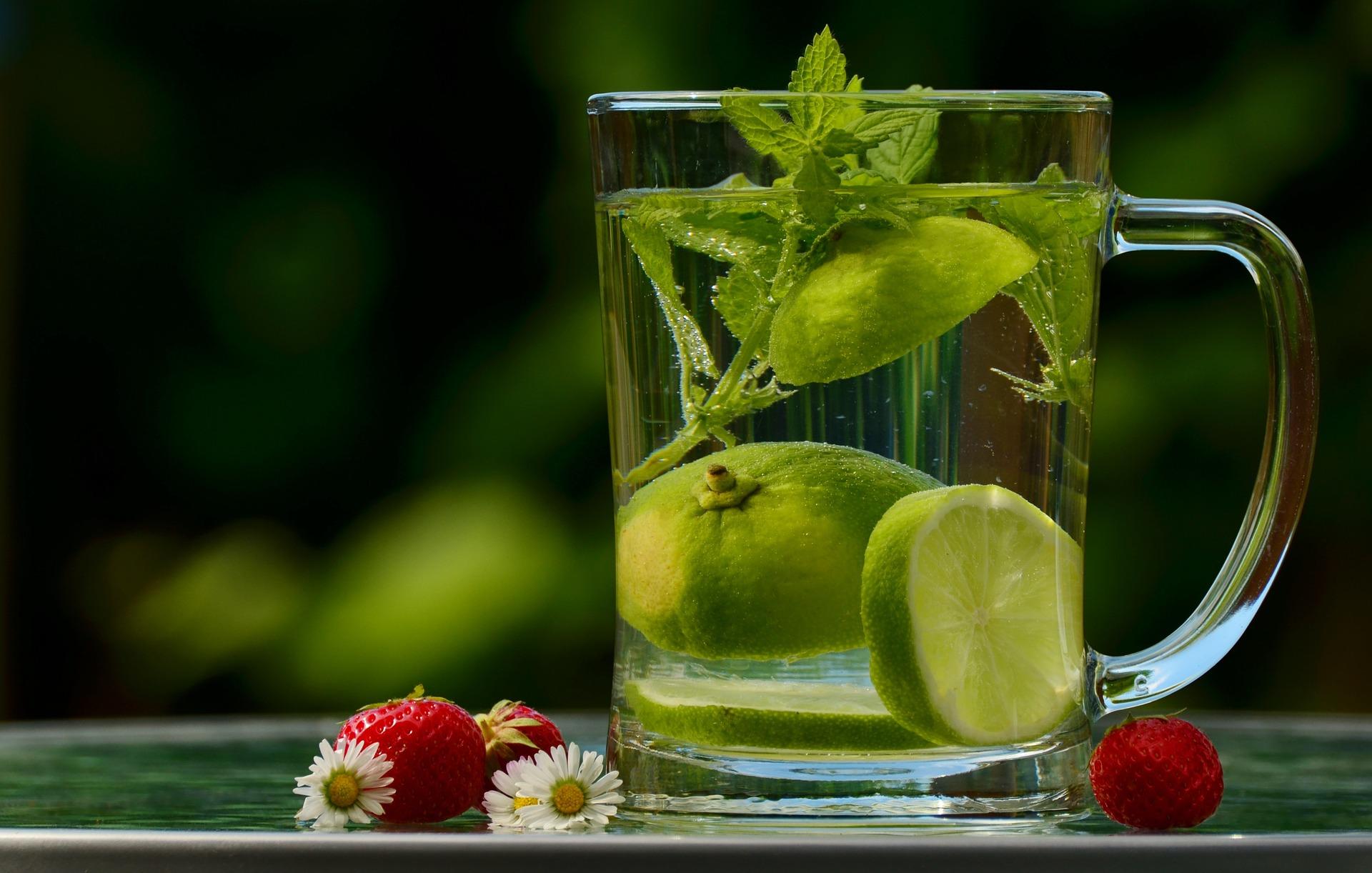 Kräuter im Glas mit Beeren